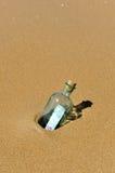 在一个瓶的一百欧元在海滩 图库摄影