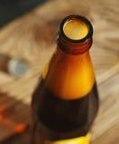 在一个瓶的啤酒在一张木桌上 免版税库存照片