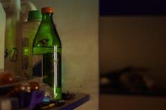 在一个瓶的溶剂在车库架子 库存照片