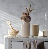 在一个瓶的燕麦牛奶有耳朵的 免版税库存照片