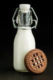 在一个瓶的牛奶用可可粉曲奇饼 免版税图库摄影