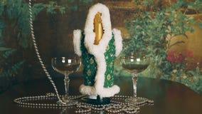 在一个瓶的银链子风香槟和两块玻璃附近 在桌上是一个瓶香槟和酒 股票录像