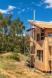 在一个生态家的大厦的不锈钢烟囱 节能木房子 村庄的建筑在fo附近的 免版税图库摄影