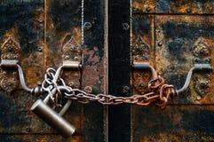 在一个生锈的圈在铁门,地道objectsn的概念的葡萄酒锁 库存照片