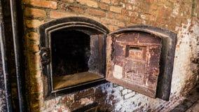 在一个生锈的砖墙上的工业烟囱 图库摄影