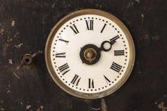 在一个生锈的老钢框的葡萄酒时钟 免版税图库摄影