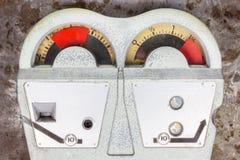 在一个生锈的背景的老停车时间计时器 免版税库存图片