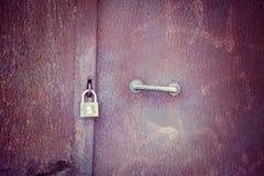 在一个生锈的金属门的挂锁 免版税库存图片