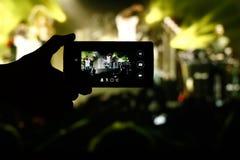 在一个生活音乐会的智能手机 库存照片
