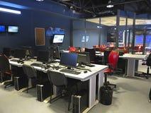 在一个电视演播室的现代办公室内部有计算机的和 免版税图库摄影