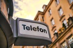 在一个电话亭的标志在德累斯顿 库存图片