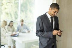 在一个电话的商人在办公室 免版税库存照片