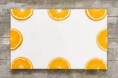 在一个白板堆积的橙色切片 图库摄影