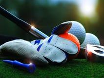 在一个白色发球区域的高尔夫球在演奏设备的高尔夫球matchGolf的绿色草坪在度假 免版税库存照片