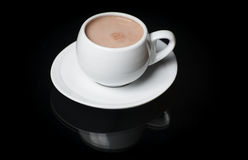在一个白色圈子的一份热的饮料在与反射的黑背景 图库摄影