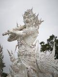 在一个白色寺庙站立的雕塑接近  图库摄影