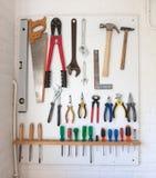 在一个白色工具板的被分类的工具 库存图片