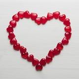 在一个白色木基体的红色心脏 库存图片