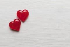 在一个白色木基体的红色心脏 免版税图库摄影
