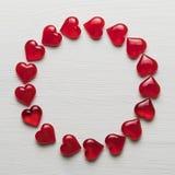在一个白色木基体的红色心脏 图库摄影