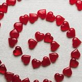 在一个白色木基体的红色心脏 免版税库存图片