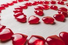 在一个白色木基体的红色心脏 免版税库存照片