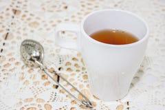 在一个白色杯子的下午茶 免版税库存图片
