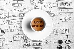 在一个白色杯子的伟大的意大利浓咖啡咖啡有与我们的词工作的,队工作概念 库存图片