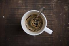 在一个白色杯子的咖啡在木背景射击从上面 库存图片