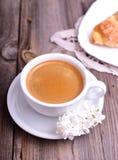 在一个白色杯子的无奶咖啡灰色木表面上 库存照片