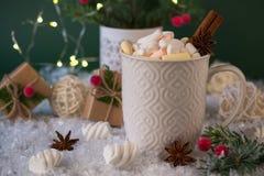 在一个白色杯子的热巧克力用蛋白软糖和圣诞节礼物 免版税库存照片