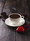 在一个白色杯子的热的可可粉有切片的巧克力和红色心脏 库存照片