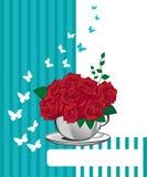在一个白色杯子的红色玫瑰。生日快乐卡片 库存照片