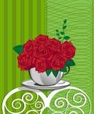 在一个白色杯子的红色玫瑰。生日快乐卡片 免版税库存照片