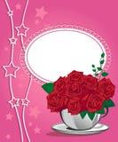 在一个白色杯子的红色玫瑰。生日快乐卡片 图库摄影