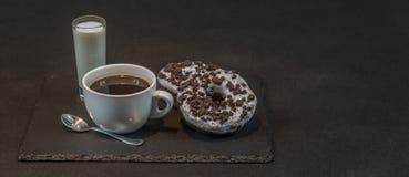 在一个白色杯子的芳香无奶咖啡用在g的椰子利口酒 免版税库存图片