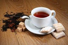 在一个白色杯子的茶用桂香和豆蔻果实 库存照片