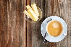 在一个白色杯子的防弹咖啡 免版税库存图片