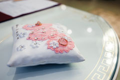 在一个白色枕头的婚戒,婚礼之日 免版税库存照片