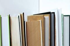 在一个白色架子的书 库存图片