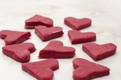 在一个白色桌特写镜头的红色心形的曲奇饼,烘烤在情人节 库存图片