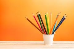 在一个白色桶的颜色铅笔 图库摄影