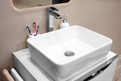 在一个白色水槽的豪华龙头搅拌器在一个美丽的卫生间里 库存照片