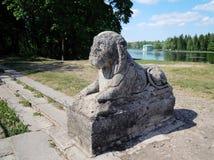 在一个白色湖码头的大阳台的狮子雕象,日期第18 centure 图库摄影