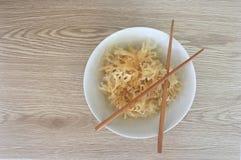 在一个白色现代碗的海草有筷子的 免版税库存图片