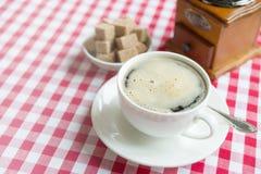 在一个白色瓷杯子的无奶咖啡 库存图片