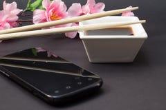 在一个白色盘和筷子的酱油 免版税库存图片