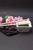 在一个白色盘和筷子的酱油 免版税图库摄影
