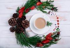 在一个白色盘的一个热奶咖啡杯子与在桌上的新的装饰 库存照片