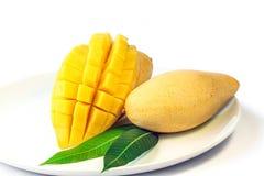 在一个白色盘的成熟芒果 免版税库存照片